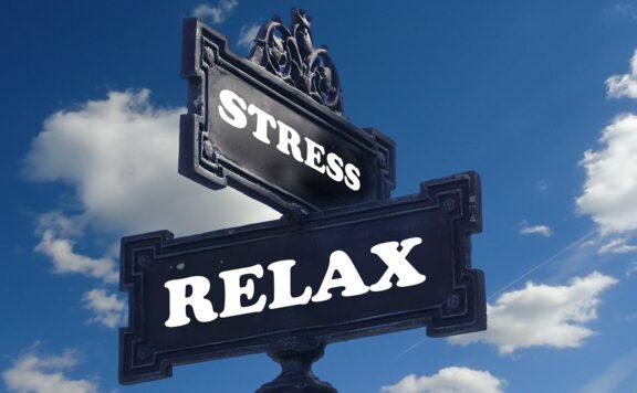 Psicologia, l'immagine rappresenta un cartello con due indicazioni, stress e relax