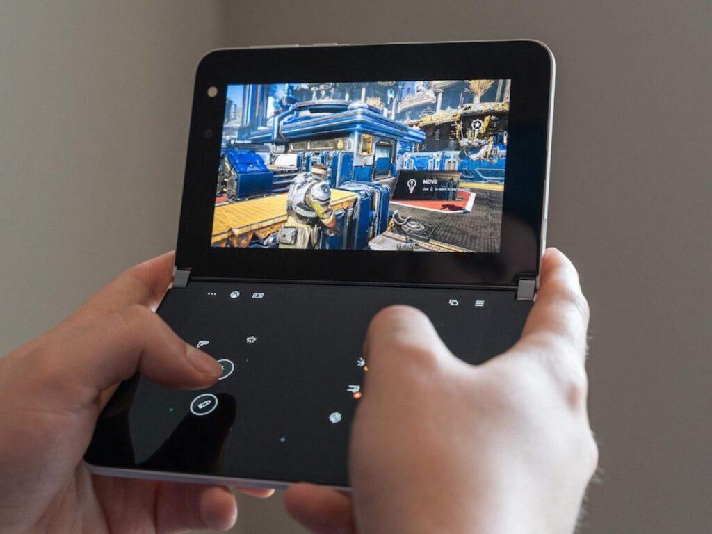 Microsoft Surface Duo in azione con un gioco xCloud